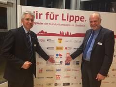Matthias Engel und Rüdiger Krentz von der Stadt Horn-Bad Meinberg, vor der Tafel mit den Logos der Unterstützer der Standortkampagne.