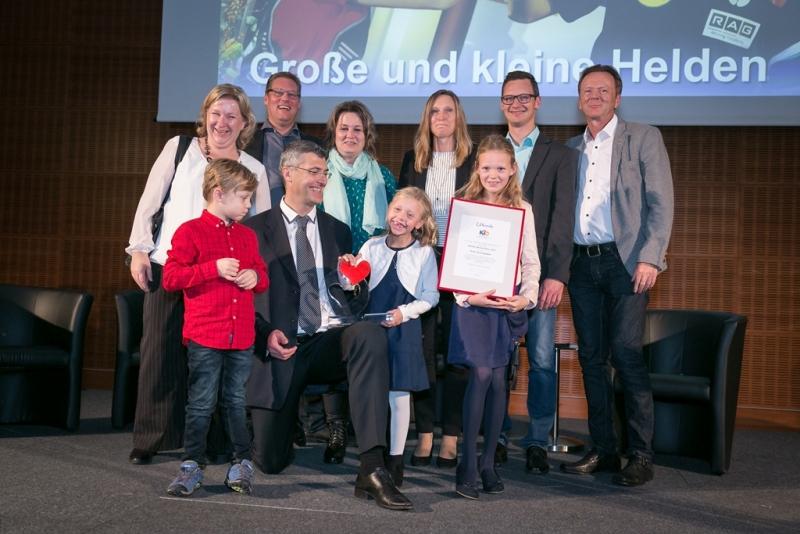 Foto: Treudis Nass für KiO, Prof. Sivio Nadalin (kniend, vorne) mit vom ihm transplantierten Kindern und deren Familien