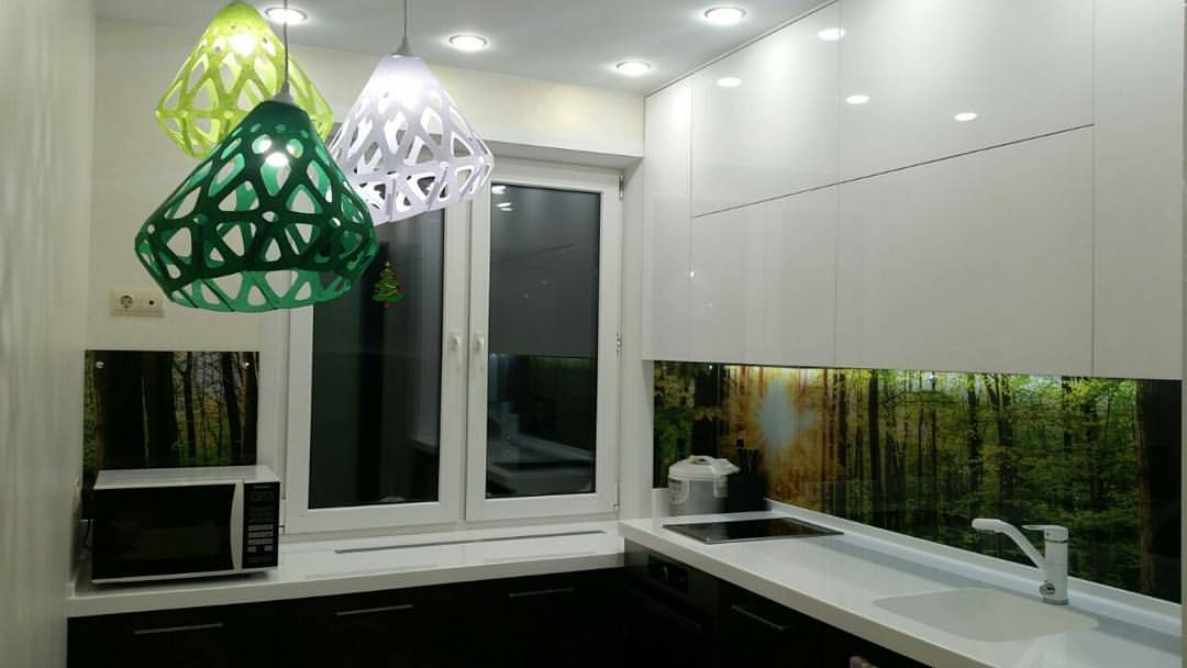 Трехцветная люстра ZAHA LIGHT в интерьере кухни. Новосибирск.