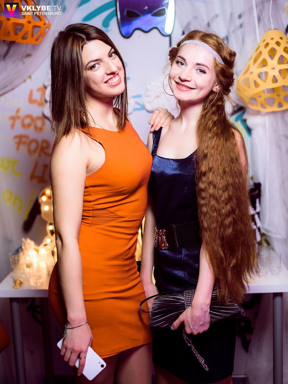 Желтый и оранжевый подвесы ZAHA LIGHT и гости вечеринки Art light