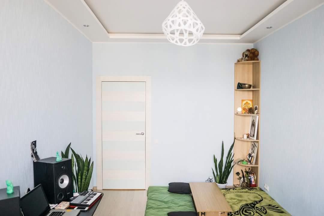 Белый подвесной светильник ZAHA LIGHT в стильном интерьере.