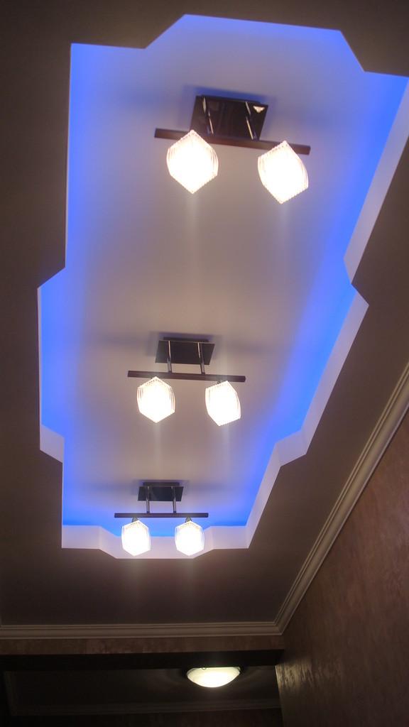 Потолок с закарнизной подсветкой.Вид 1. ИНТЕРЬЕР ТРЕХКОМНАТНОЙ КВАРТИРЫ