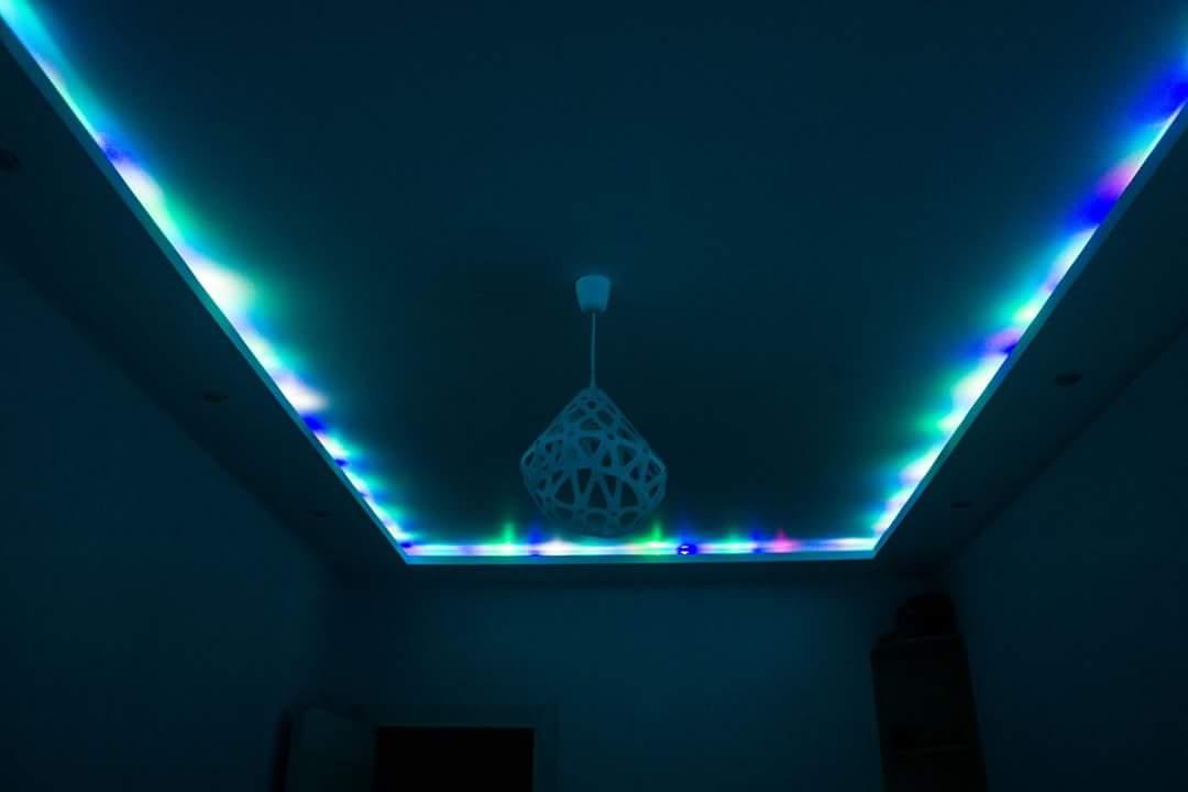 Белый подвес ZAHA LIGHT в интерьере с подсветкой.