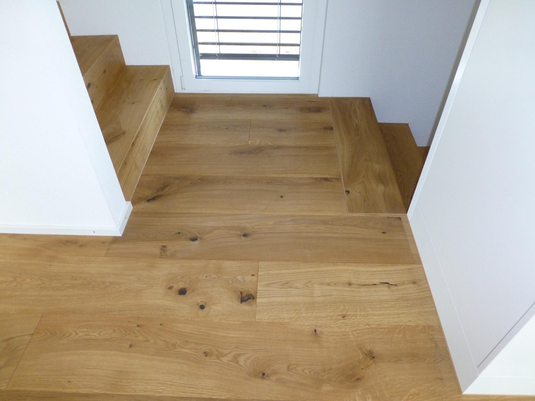 Treppe und Boden mit Eichenparkett ausgeführt, Landhausdielen Eiche astig