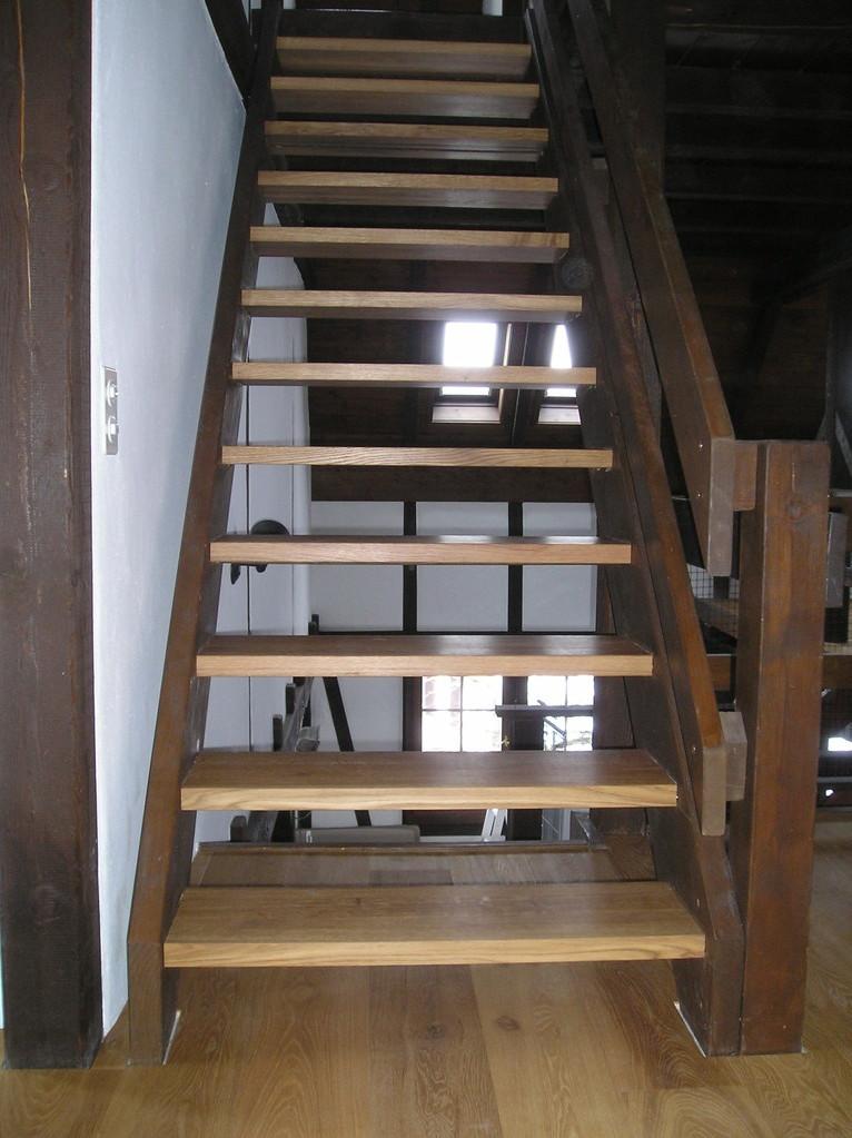 Treppe saniert mit neuen Eichentritten, gebürstet und geölt