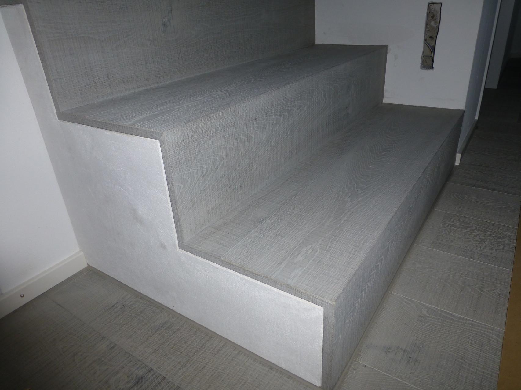 Treppe mit seitlichem Abschluss, in Eiche natur sägeroh - Behandlung Pilatus