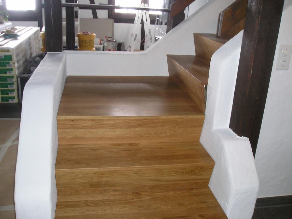 Treppe mit Podest in Eiche massiv gbürstet und geölt