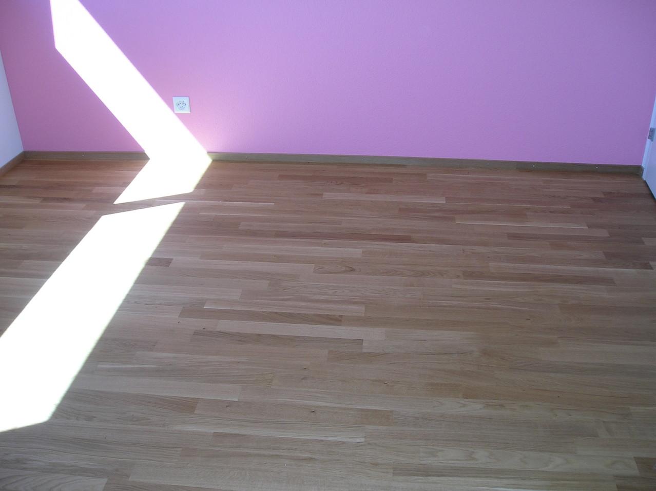 Eichenparkett mit pinker Wand