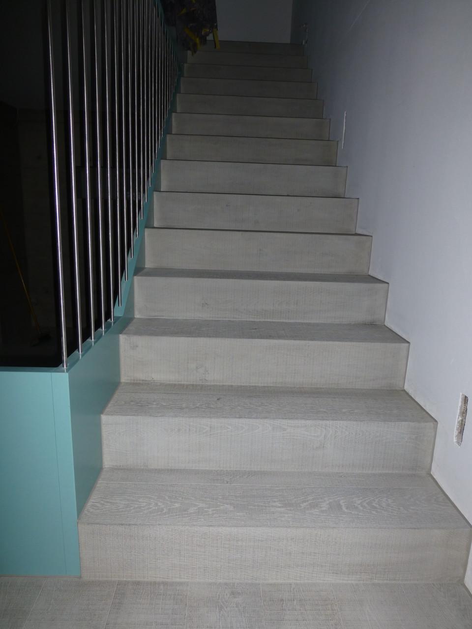 Treppe mit Parkett belegt, Eiche natur, Fumé, sägeroh. Behandlung Pilatus vor Ort