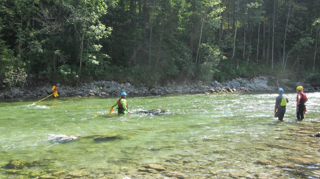 sichern uns die Profis und erweitern ihre Kenntnisse in der Wasserrettung.