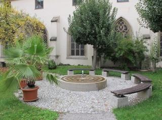 Augsburg - Labyrinthbrunnen im Innenhof des Domkreuzgangs