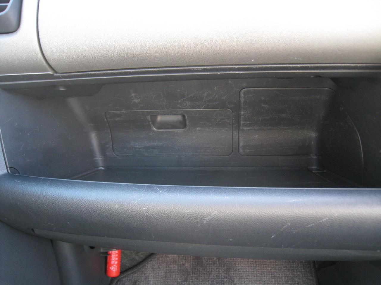 助手席側の収納ボックス下の空間に若干キズ(使用感)あり。