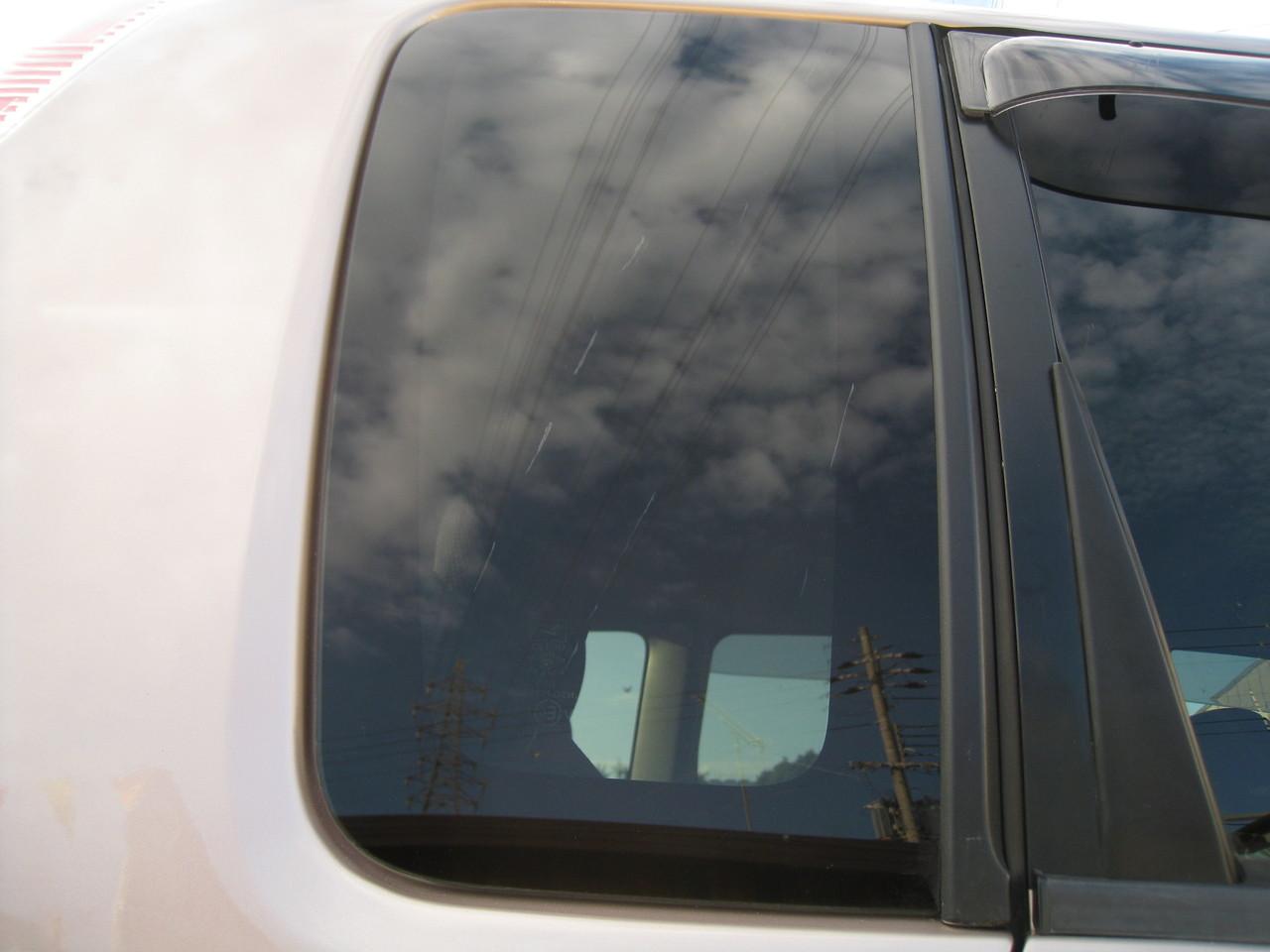 リアクォーターガラスに縦に数本の線キズあり。