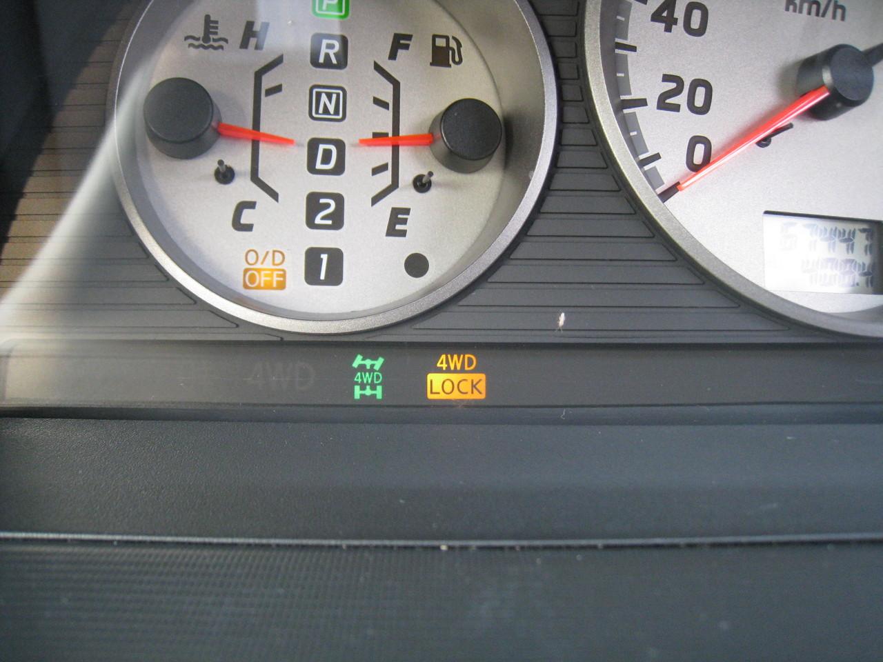 スイッチを押すと、メーター下に4WDのランプが点灯します。