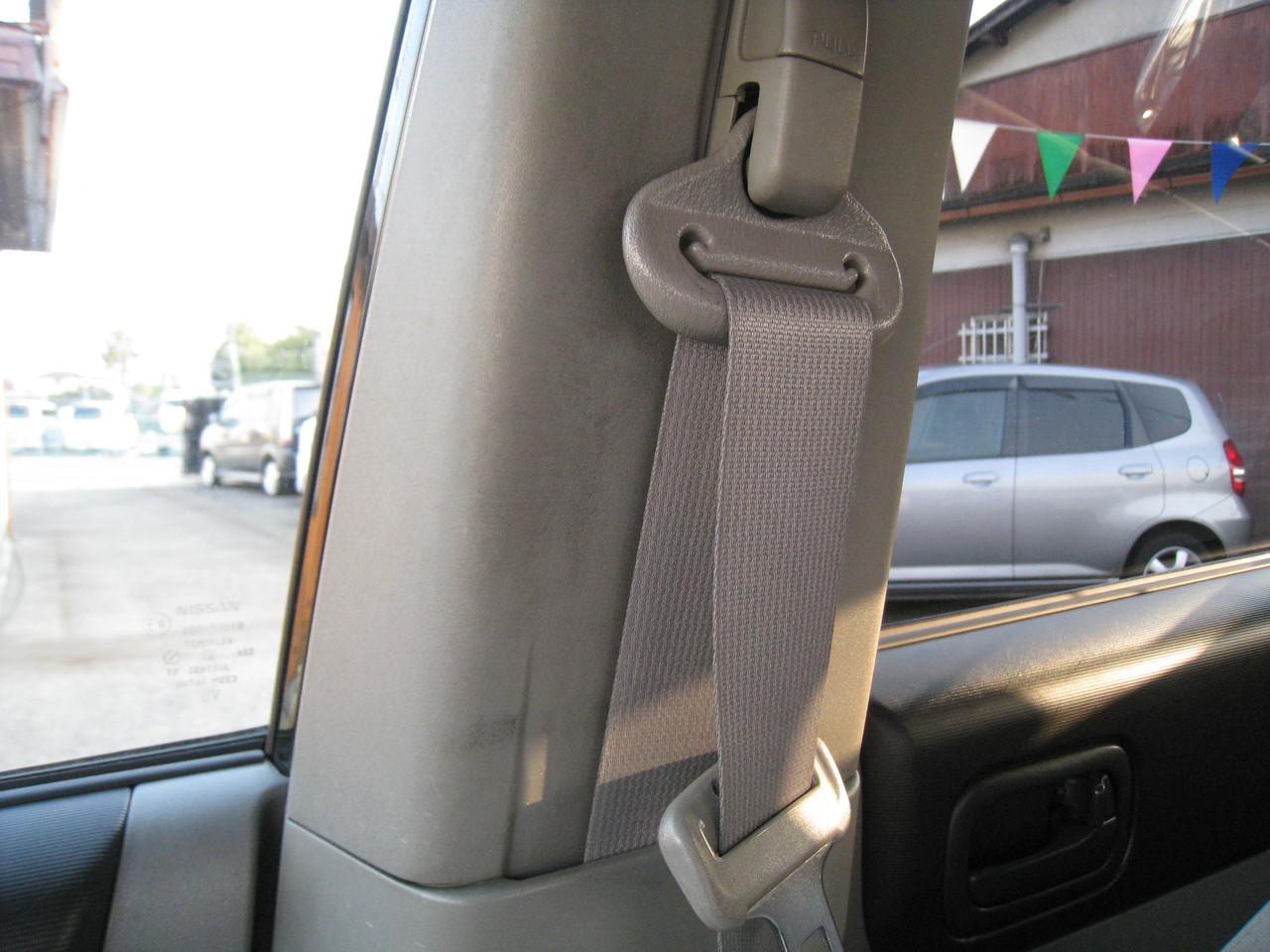 シートベルトが擦れてできたあとがピラートリムにあります。
