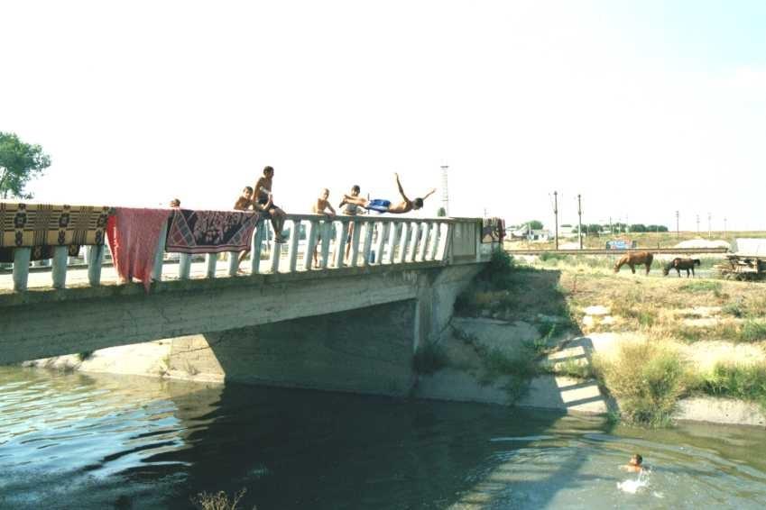 Jeux dans un canal d'irrigation