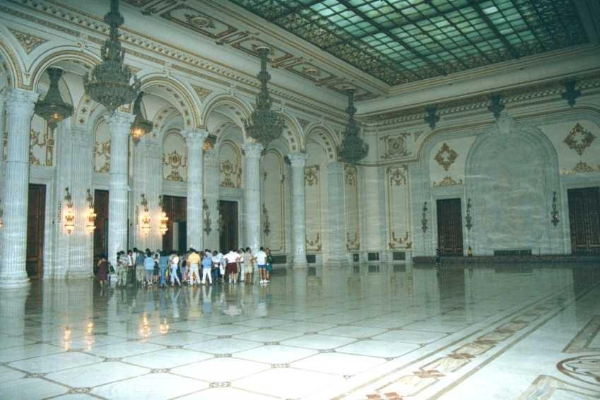Bucarest: la grande salle du palais