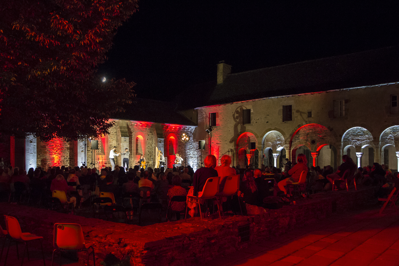 By moonlight on the green, The Curious Bards, Conques, Aveyron, 2020 ©George Berte
