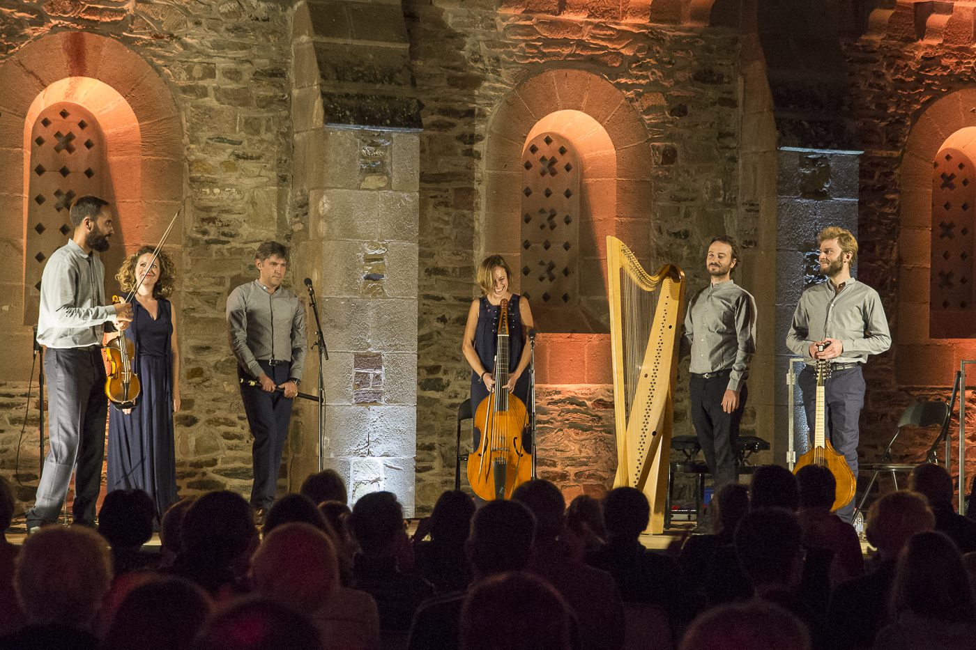 Les musiciens de l'ensemble baroque The Curious Bards, concert By moonlight on the green, Conques, Aveyron, 2020 ©George Berte