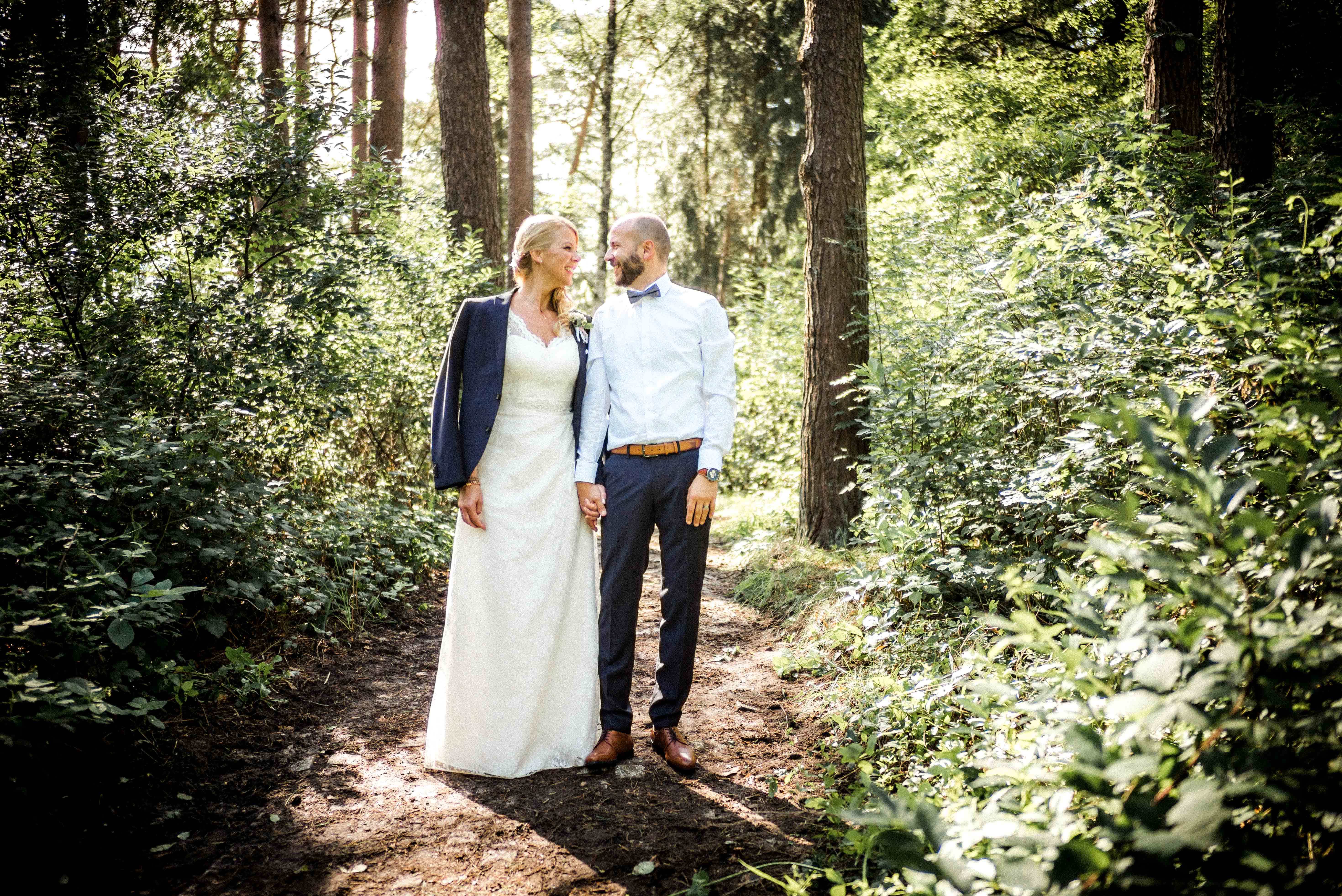 Ganzkörperaufnahme des sich anschauenden Brautpaares