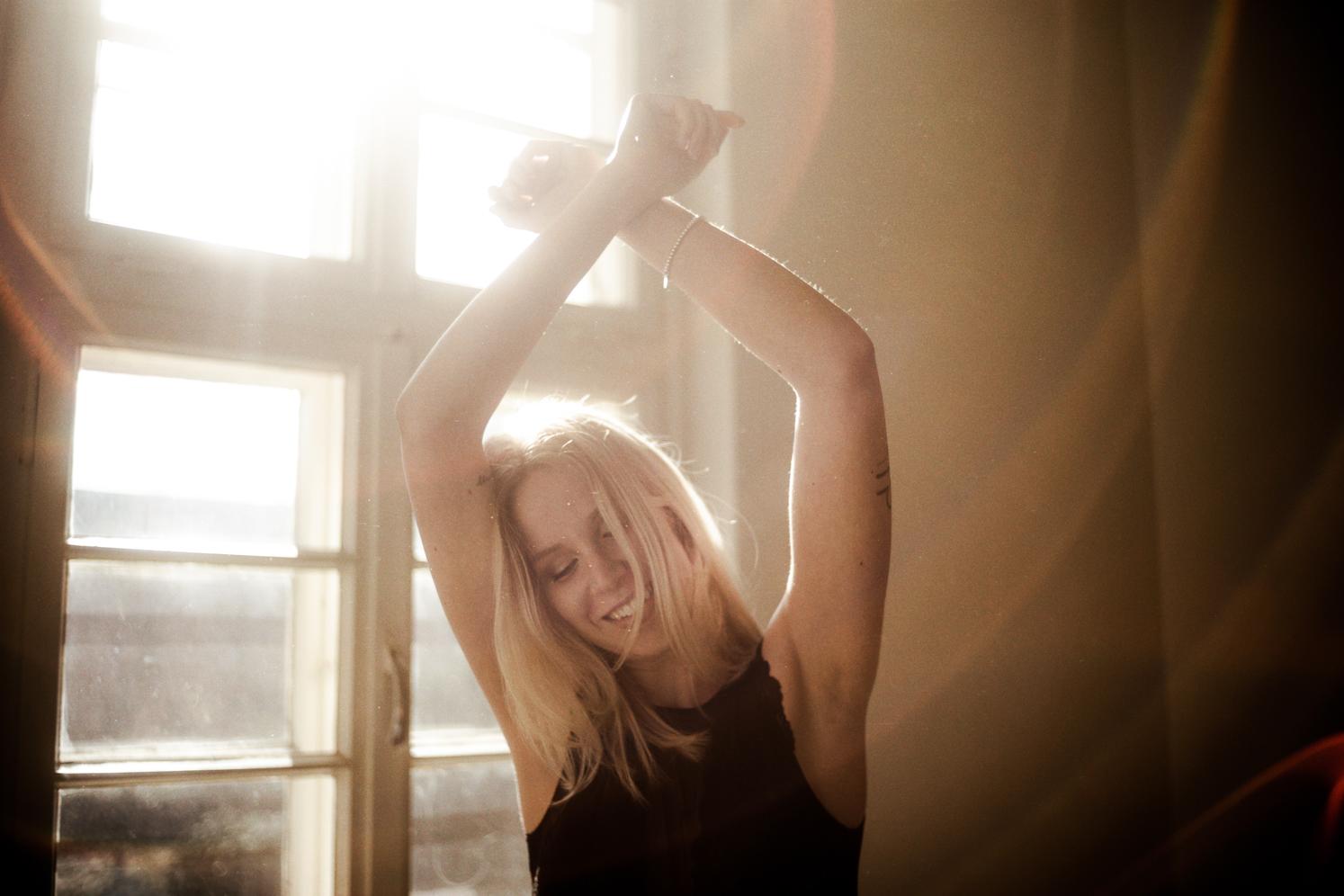 Fotoshooting im Gegenlicht Junge Frau lacht