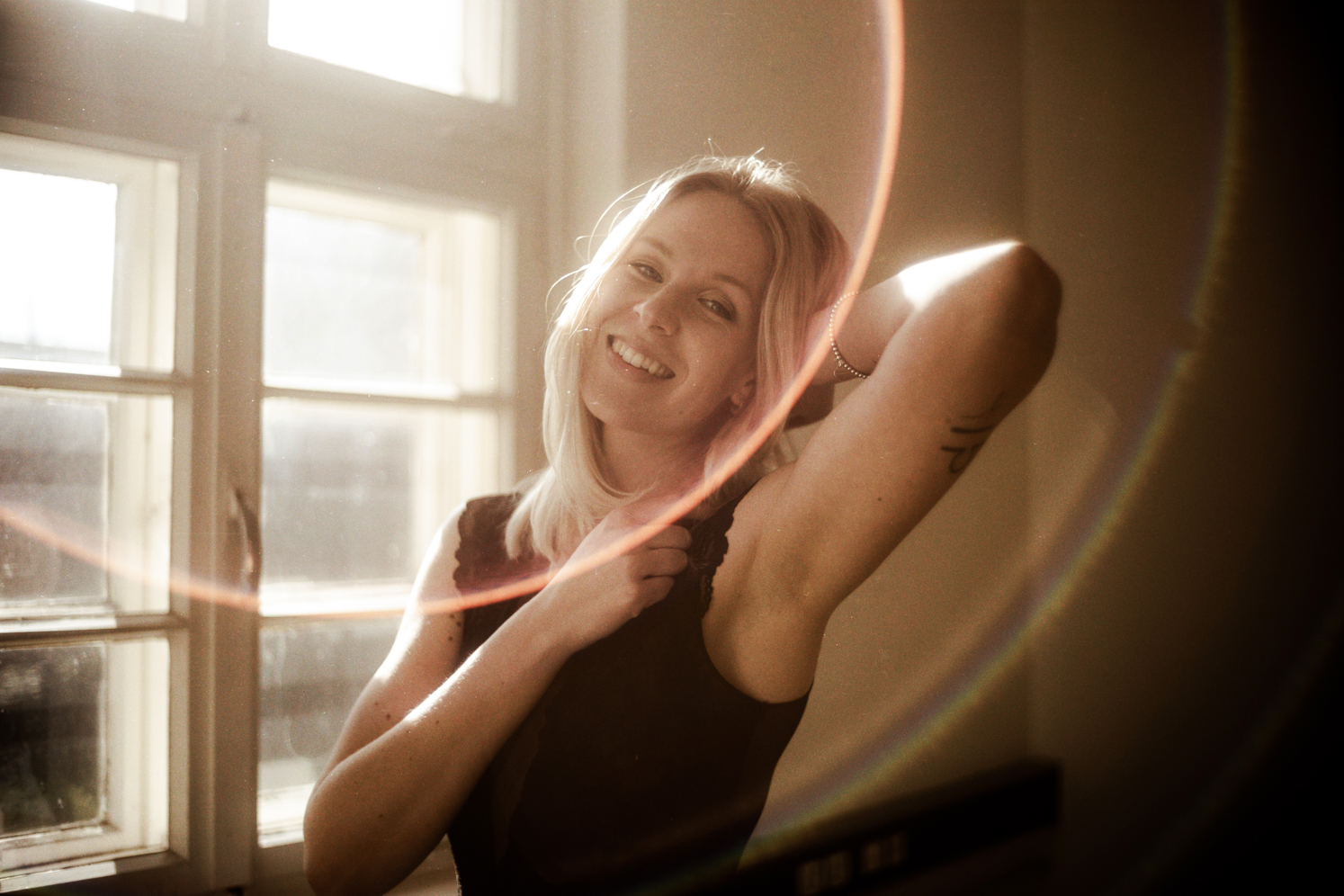 Junge Frau lacht beim Fotoshooting Jörn Tempel Fotograf Oldenburg