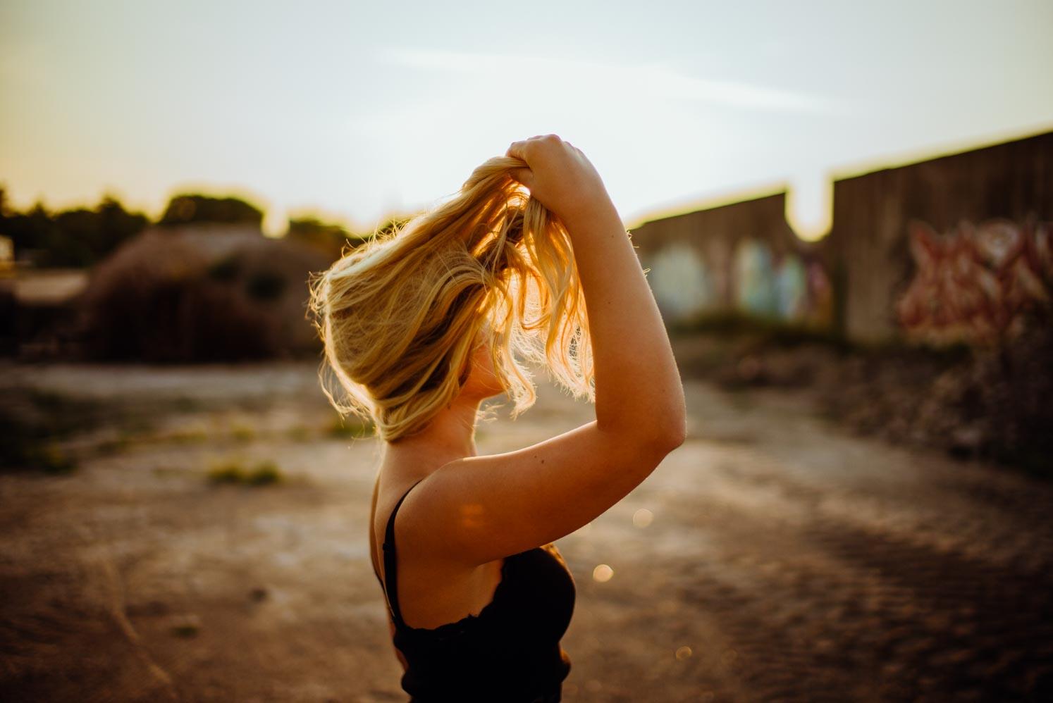 Frau wirbelt ihre Haare durch die Luft