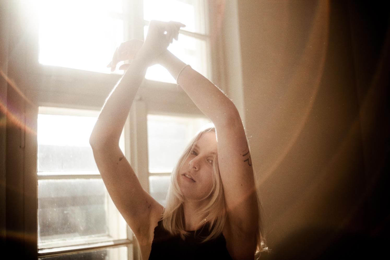 Model blickt in die Kamera Gegenlicht