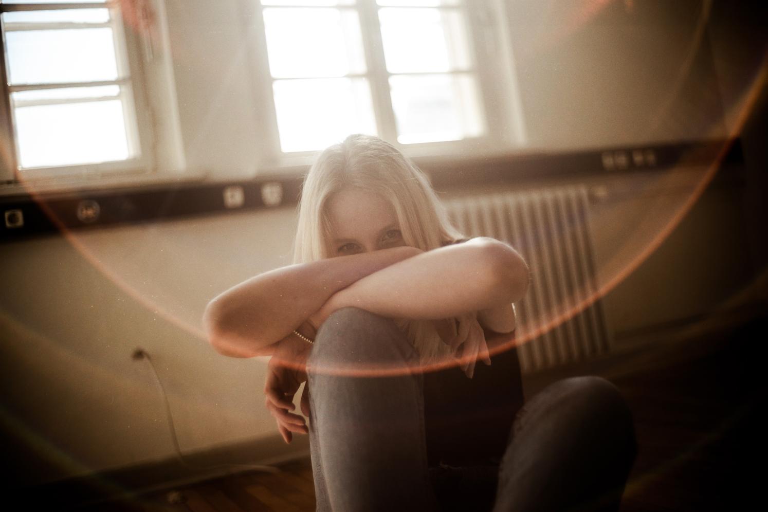 Junge Frau blickt in die Kamera Fotoshooting Oldenburg