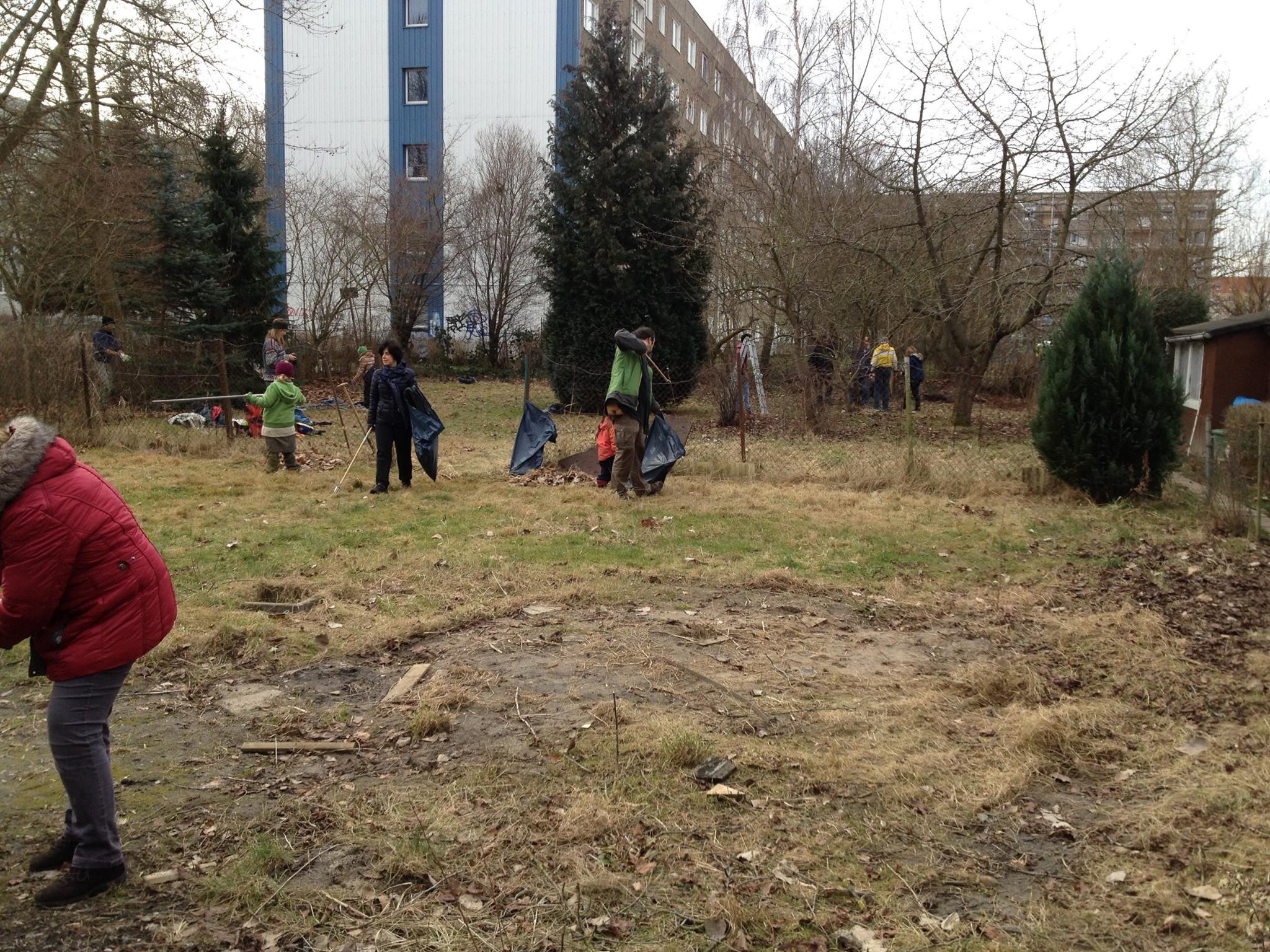 An der ersten Gemeinschaftsaktion nahmen viele fleißige Helfer*innen teil. Müll wurde gesammelt und ein überflüssiger Zaun wurde auch gleich entfernt.