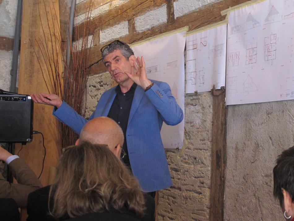 Architekt Max Dell'Ava erläutert die denkmalpflegerischen Herausforderungen und die baulichen Massnahmen