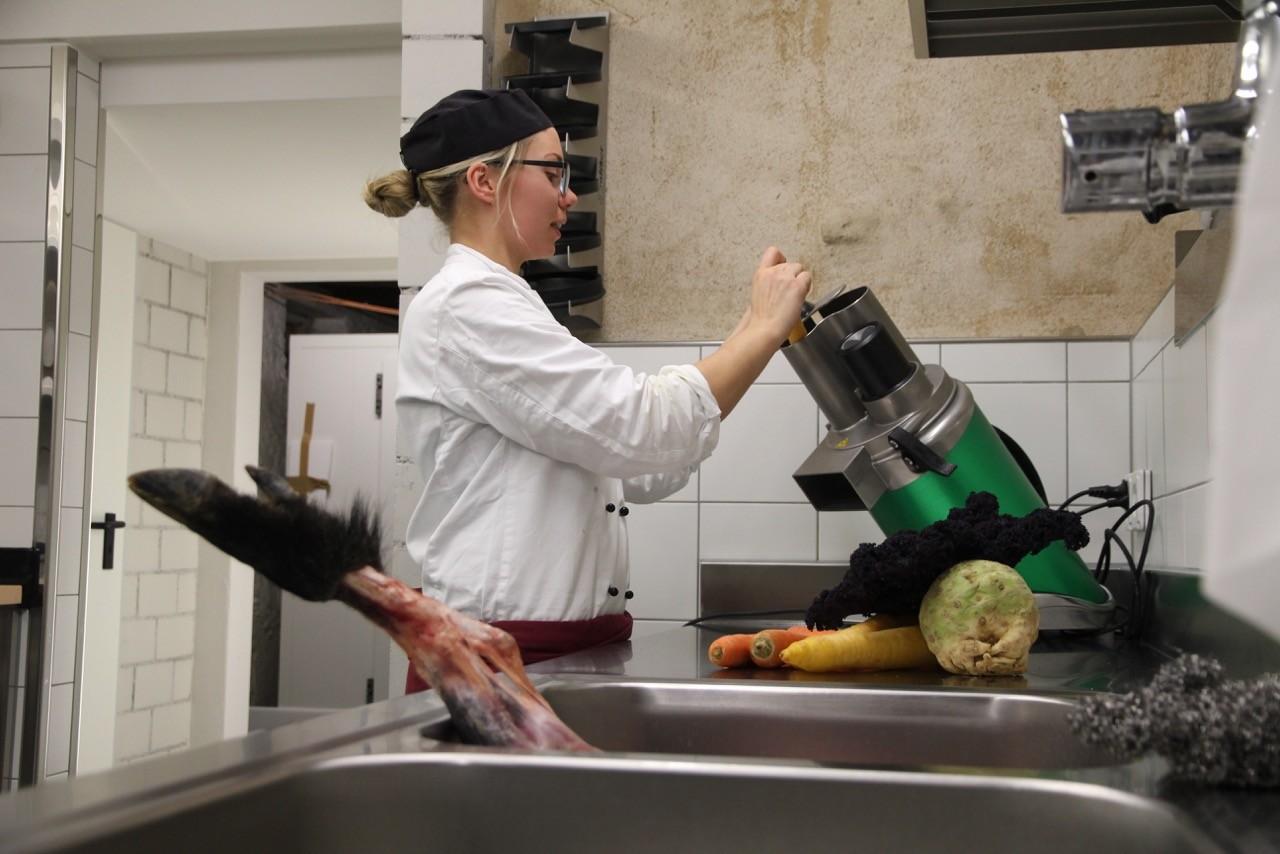 Grosse Première für den Gemüseschneider in der neuen Produktionsküche.