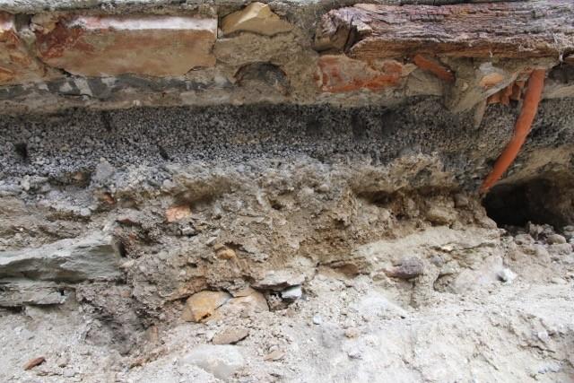 So sieht die alte Bodenplatte der bestehenden Küche aus. (27. Mai 2015)
