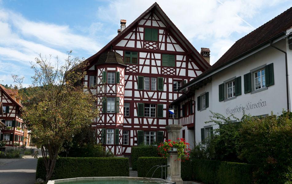 Gasthof Hirschen mit Haus Graf und Brunnen