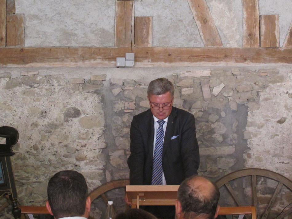 Gemeindepräsident Martin Farner gratuliert zum Projekt und wünscht viel Glück