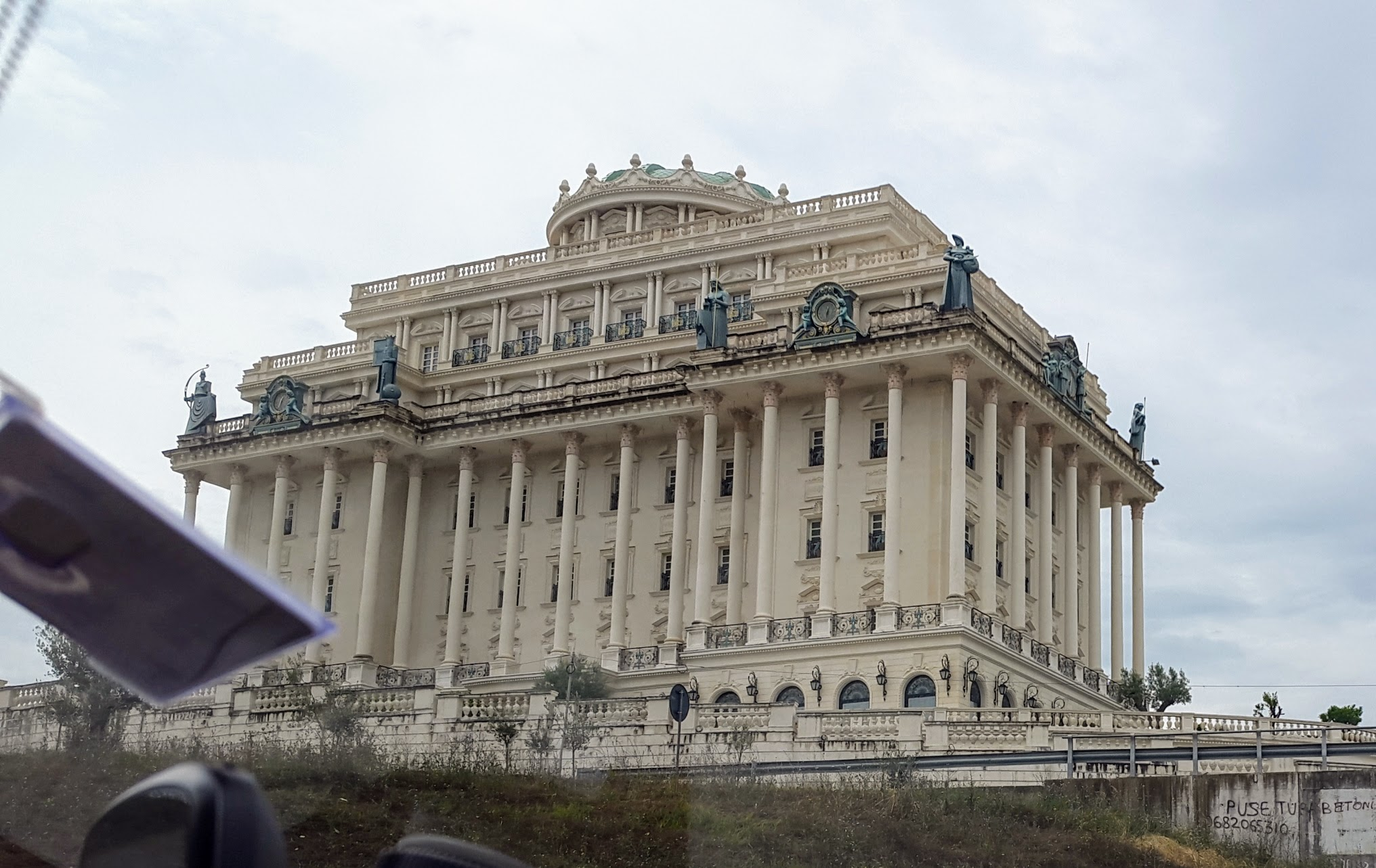 Zuckerbäckerpalast in Tirana