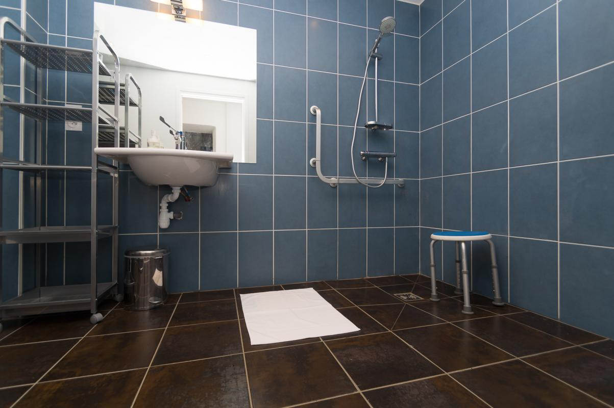 Rez-de-chaussée : salle de bain PMR