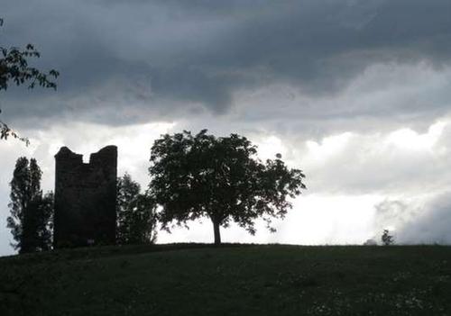 Se promener auprès de la tour du XIIIéme siècle