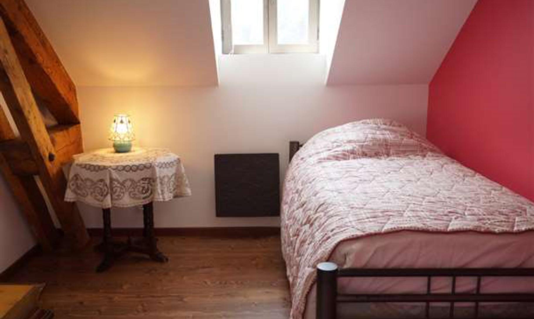 chambre rose pour une personne.