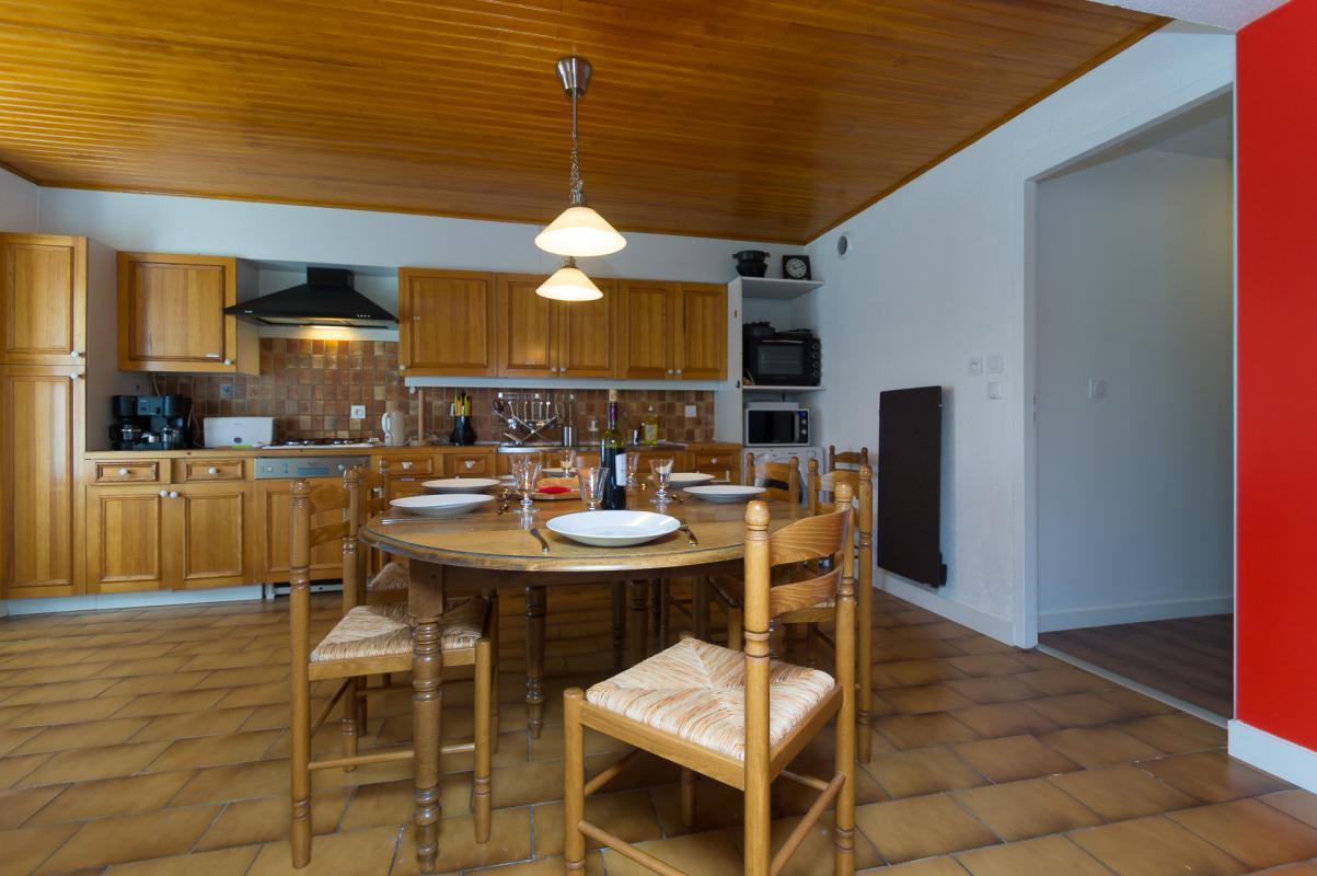Gîte de Belledonne 2 : la cuisine et la table