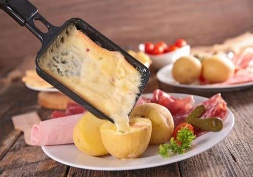 Une raclette, plat de la Savoie, pour reprendre des forces