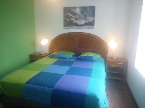 chambre verte pour deux personnes & grand lit