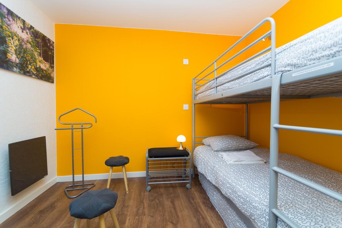 Gîte de Belledonne 2 : la chambre jaune aux lits superposés