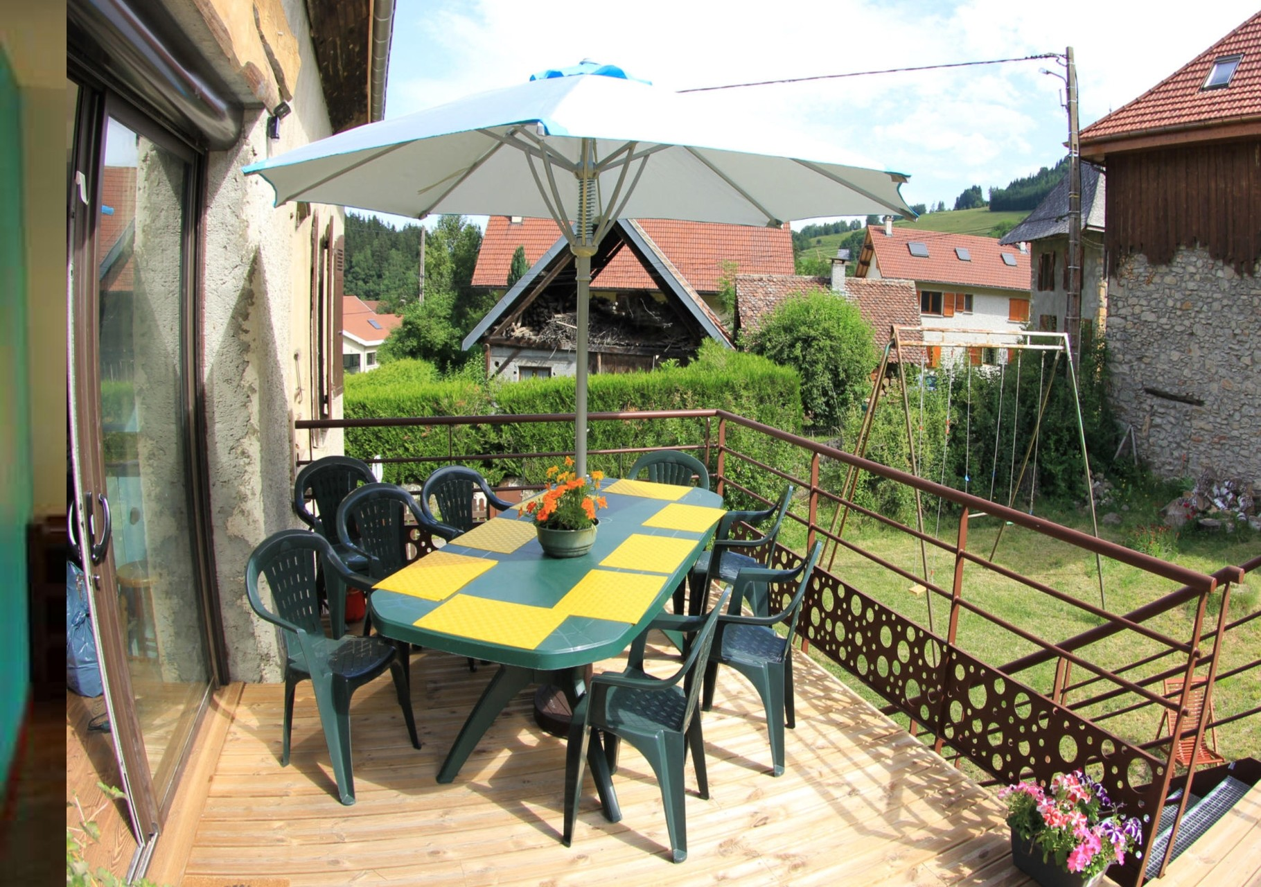Gîte de Belledonne 1 : la terrasse et accès direct au jardin