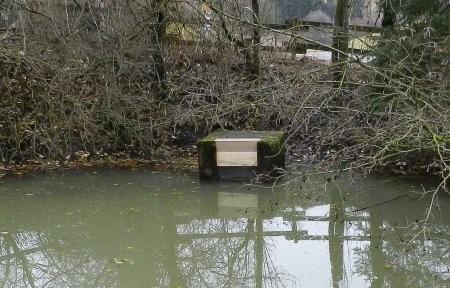"""Der Überlauf oder """"Mönch"""" am Feuerlöschteich in Erndtebrück-Balde nach dem Einbau der neuen Bretter (Foto: Sabine Portig)."""