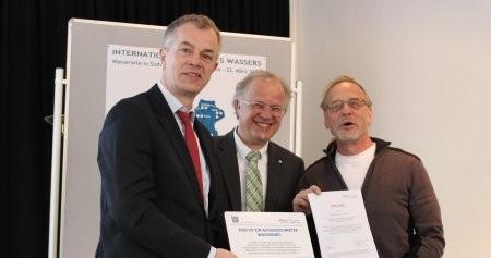 Von Umweltminister Johannes Remmel (links) erhielt Michael Düben (rechts) als Vertreter des NABU Siegen-Wittgenstein die Urkunde (Foto: Südwestfalenagentur).