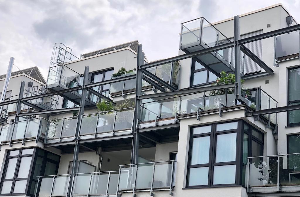 Moderne großzügige Terrasse in Wohnhaus