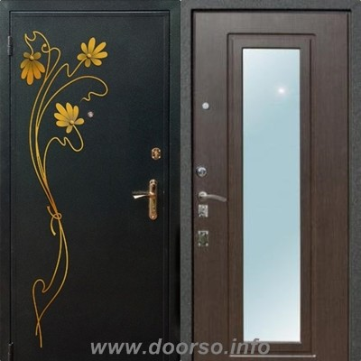 металлическая дверь с наружи ковка, внутри зеркало.