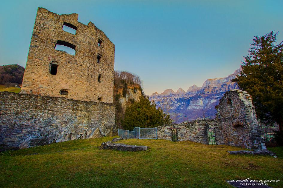 Ruine Gräpplang bei Flums mit Churfirstenkette