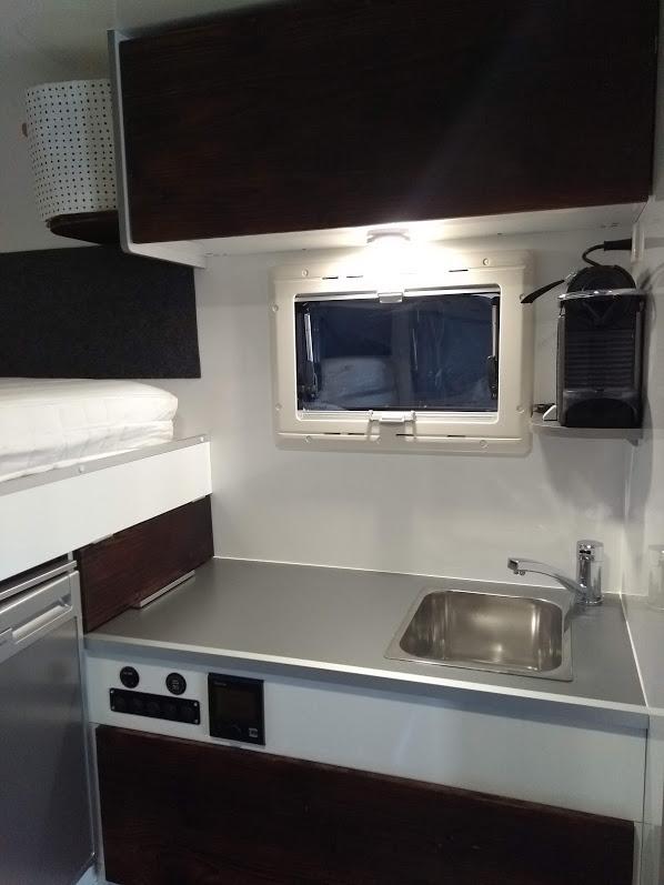 Küche mit Ablage für Kaffemaschine und ausziehbarem Kocher